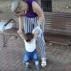 Primii paşi cu bebe în parc, încălţat cu noile săndăluţe